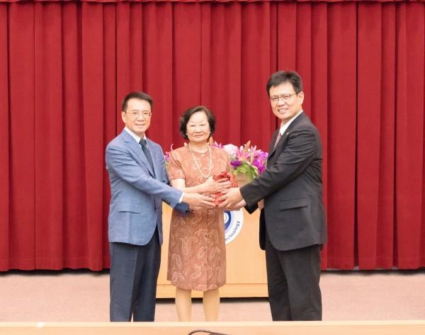 俞明德(右一)榮任中國科大校長。(靜宜大學提供)