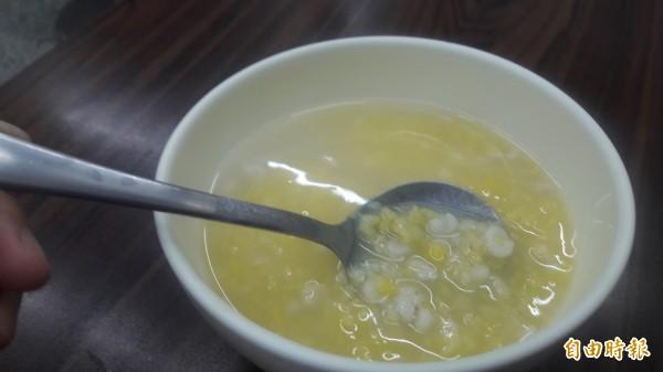 想消暑又要吃得健康,來碗綠豆蒜薏仁湯品就對了。(記者洪美秀攝)