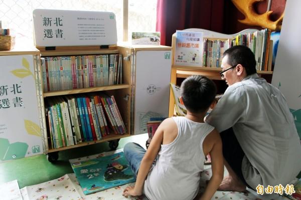 新北市立圖書館萬里分館與基隆監獄合作「漂書到監獄」,定期送各類書籍到監所供收容人閱讀,懇親會還特別佈置溫馨的閱讀區,讓收容人陪孩子一起閱讀,成為最好的父親節禮物。(記者林欣漢攝)