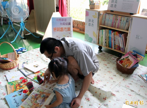 林姓收容人說,好久沒有說故事給孩子聽,出獄後一定會念更多的故事給女兒聽,彌補這段期間不能陪伴女兒成長的空白。(記者林欣漢攝)
