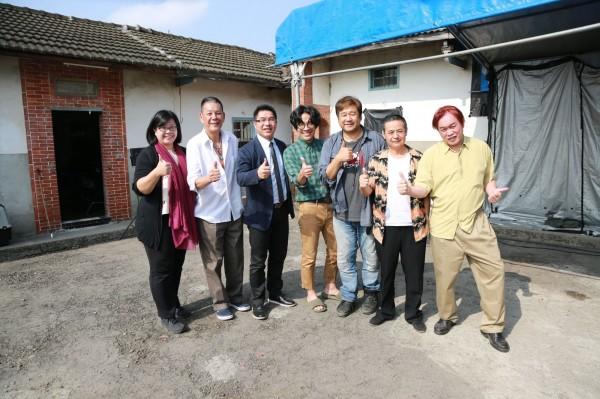 「花甲男孩轉大人」拍攝期間,市府新聞局主祕林尚賢(左三)等人前往探班。(圖台中市政府提供)