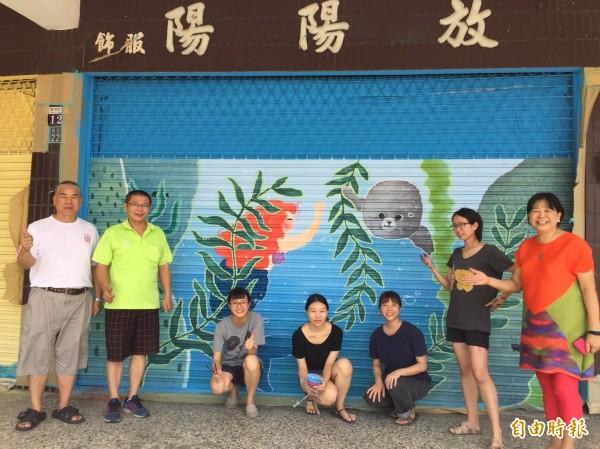 東海大學美術系學生在台中港舶來品商圈,以海洋生態等為主題進行彩繪。(記者歐素美攝)