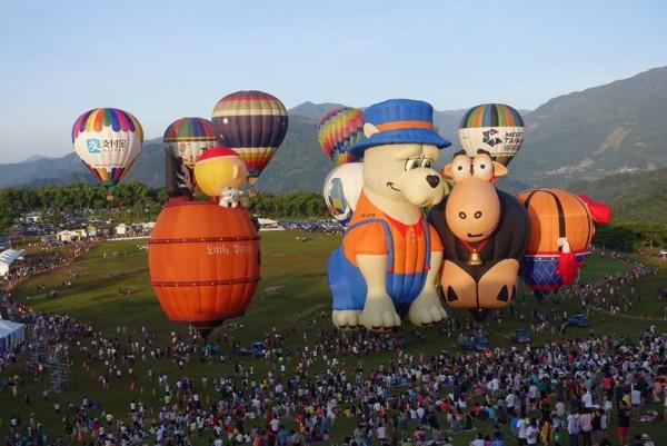 鹿野高台的台灣熱氣球嘉年華活動最終日,一早就湧入上萬人潮。(江慧卿提供)