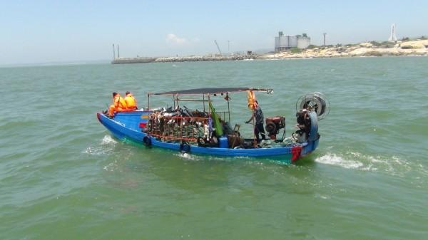 金門海巡隊取締越界中國漁船,海巡人員押船返回料羅隊部。(圖由金門海巡隊提供)