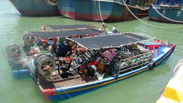 金門查獲3艘越界中國漁船,宿艙在船首,船尾的是收網滾輪器。(圖由金門海巡隊提供)