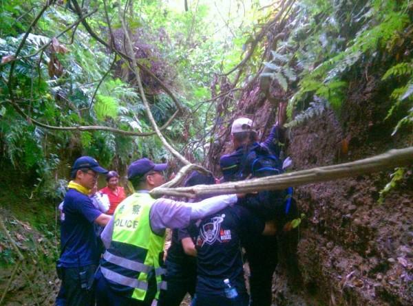 2名山友昨天在彰化市八卦山賞鷹平台一線天迷失方向,所幸最終獲救。(記者湯世名翻攝)
