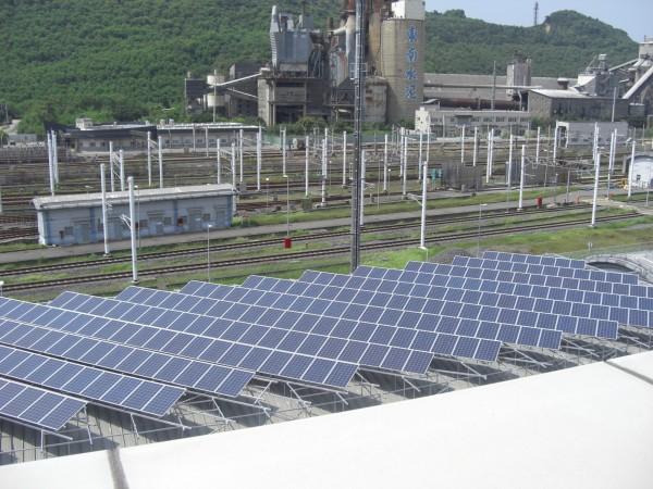 高鐵左營廠區內基地屋頂已架設許多太陽能面版。(高鐵公司提供)