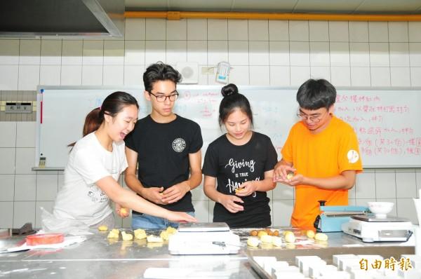 海外華裔青年觀摩團學習製作鳳梨酥。(記者張軒哲攝)
