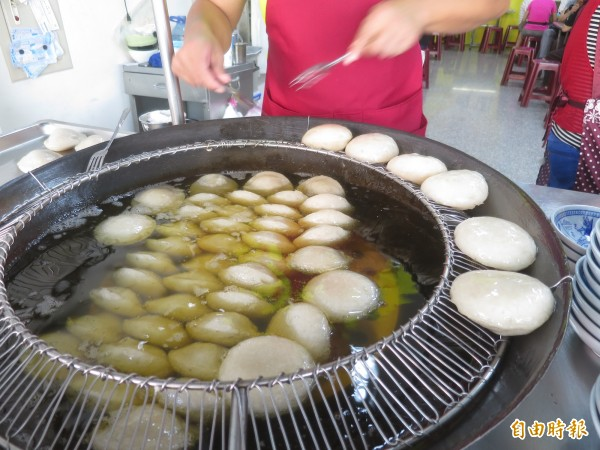 從油鍋裡挑出來的肉圓,個個晶瑩Q彈。(記者劉濱銓攝)