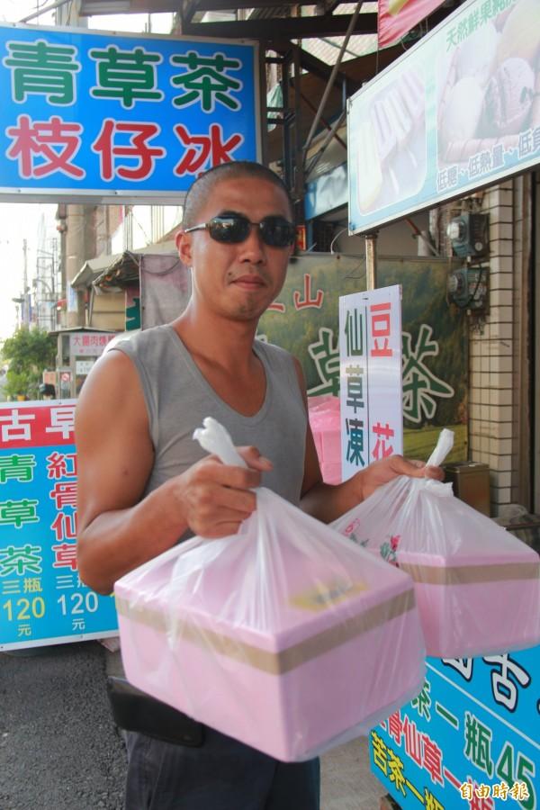 假日常有外地遊客特地來買古早味的盒仔冰,回去跟家人分享。(記者陳冠備攝)