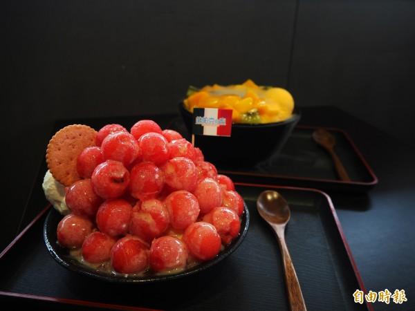 西瓜雪花冰也是夏天熱銷產品,紅肉西瓜的果球覆蓋在西瓜雪花冰上,造型吸睛。(記者陳昀攝)