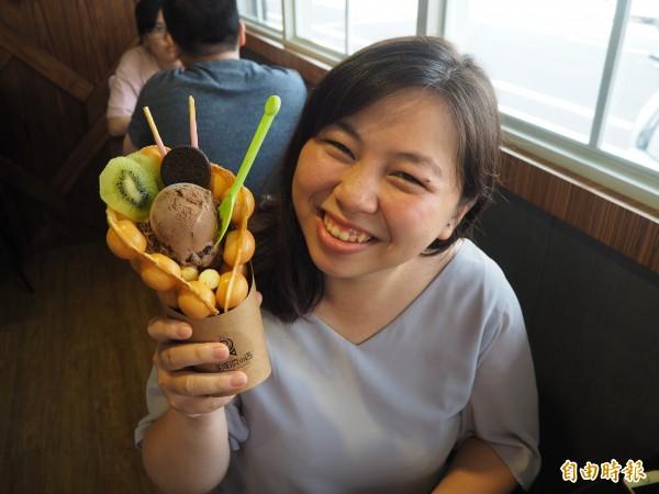 顧客鄒小姐說,雞蛋仔冰淇淋不但漂亮,吃起來口感也協調。(記者陳昀攝)