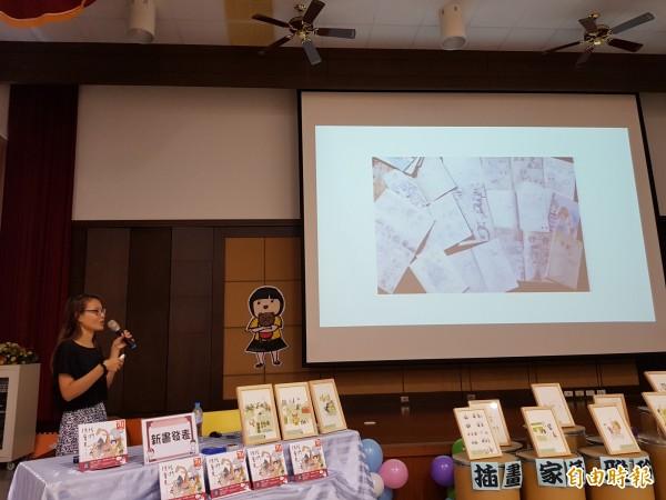 家扶青年黃雅玲(右)出版第一本新作,今天由媽媽(中)陪同與家扶學子分享圓夢過程,鼓勵大家勇敢追夢。(記者王涵平攝)