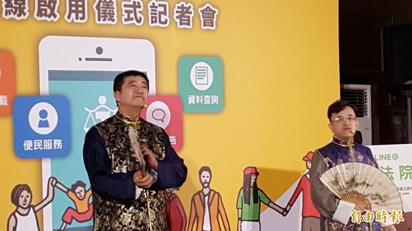 司法院資訊處長王金龍(左),與高等法院法官李國增(右)帶來相聲。(記者溫于德攝)