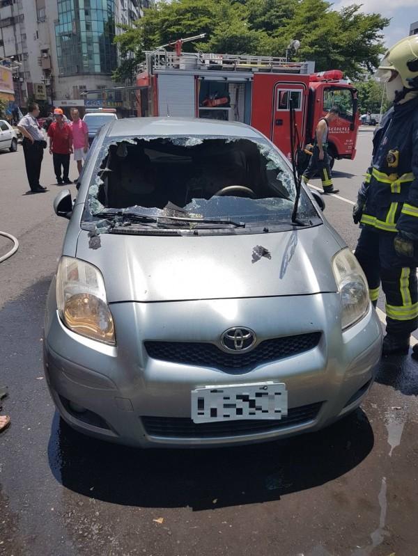 汽車經烈日照射,車內打火機爆裂自燃。(記者丁偉杰翻攝)