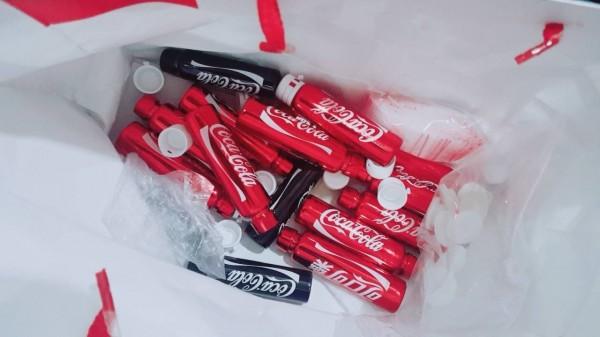 警方在呂男住所起出17瓶裝瓶好的毒品。(記者吳昇儒翻攝)