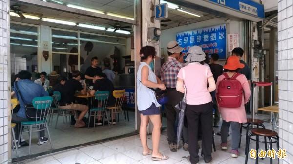 桃園陳Q黑糖剉冰,隱身在桃園車站商圈,店內常可見排隊買冰的人潮。(記者鄭淑婷攝)
