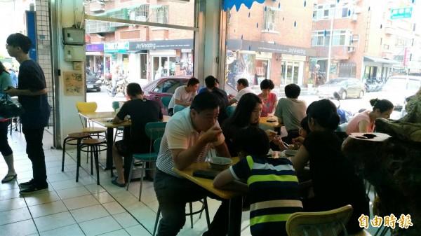 桃園陳Q黑糖剉冰,隱身在桃園車站商圈,店內總是高朋滿坐。(記者鄭淑婷攝)