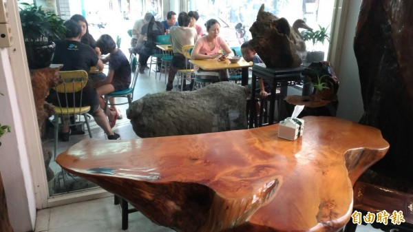 老闆蔡武松將收藏的木雕桌椅放在店內。(記者鄭淑婷攝)