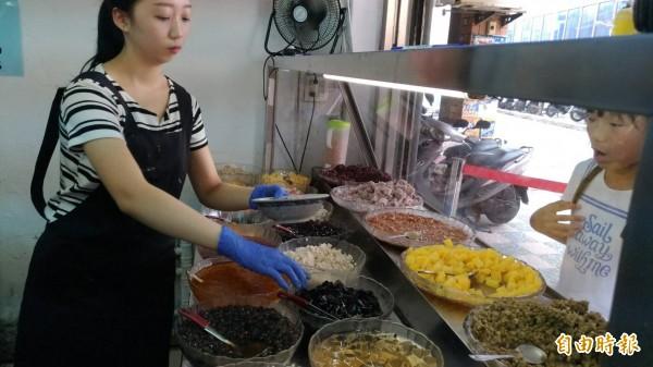 老闆蔡武松對原料十分堅持,店內的剉冰配料都是新鮮現煮。(記者鄭淑婷攝)