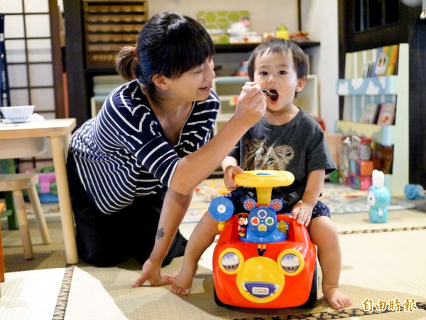 周末的賣捌所更提供嬰幼兒副食品餐點。(記者簡惠茹攝)