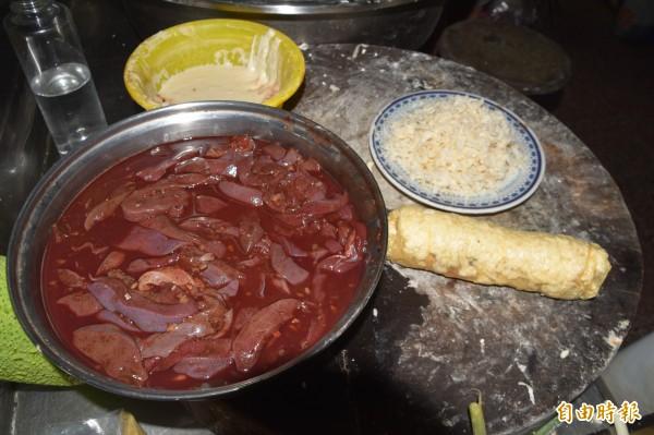 堂伯豬肝捲以豆薯簽包裹著兩條豬肝、青蔥,再以薄豆皮包覆直接下鍋油炸。(記者蘇福男攝)