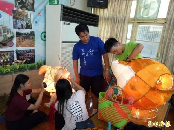 雲林縣北港文化文中心花燈研習,參與民眾相當踴躍。(記者陳燦坤攝)