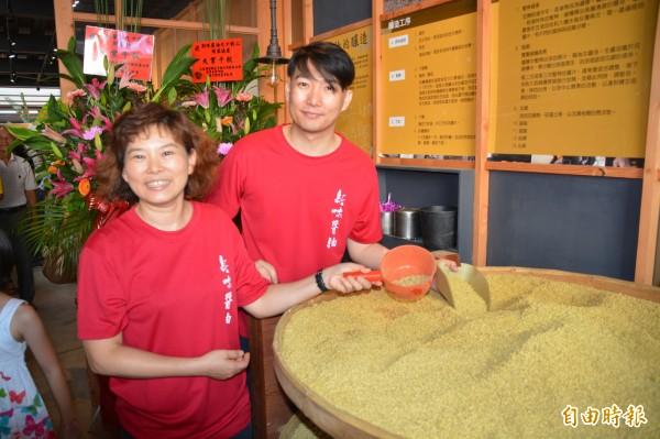 花蓮僅存的90年傳統手工醬油老店「新味醬油」,現由第3代許桓巽(右)接手管理,前為姊姊許雅甄。(記者王峻祺攝)