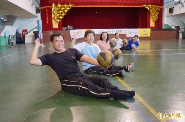 身障者克服種種不方便,一圓打排球的夢。(記者詹士弘攝)