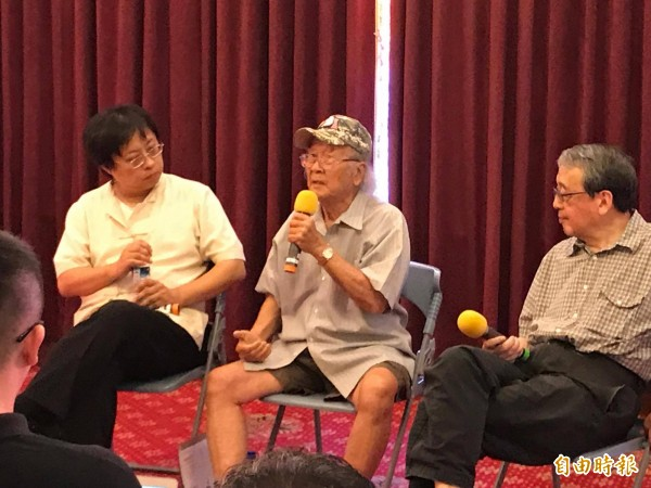 人權鬥士馮國將(中)下午至二二八國家紀念館發表演講,呼籲台灣一定要認清中共本質是「最邪惡的政黨」。(記者彭琬馨攝)