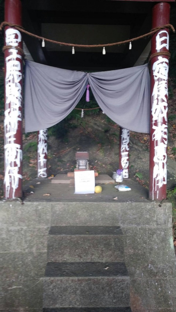 昨(14日)晚間,市定古蹟「草山水道系統」範圍內的圓山水神社遭人塗鴉破壞、兩隻石狛犬一隻失蹤一隻被翻倒。(文化局提供)