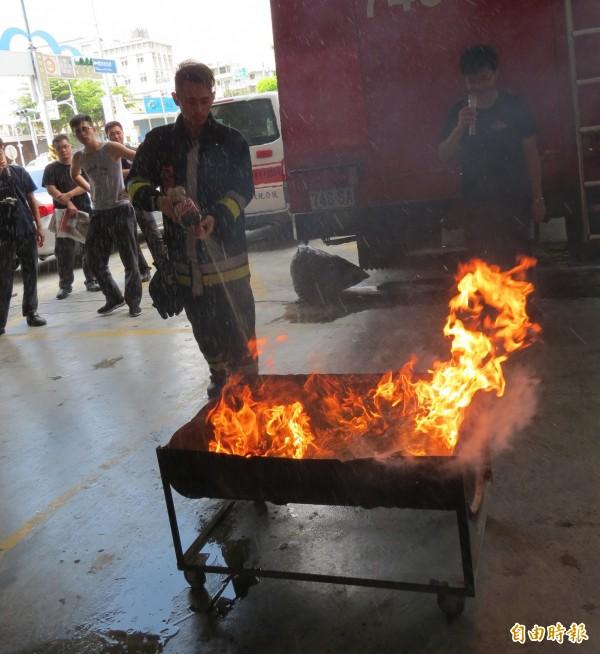南投縣消防人員進行可樂滅火實驗.。(記者張協昇攝)