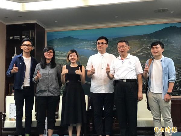 市長柯文哲(右2)今下午接見製作團隊,驚訝於團隊成員看起來都很年經,導演劉耕名(右3)笑回「我是來拉高平均年齡的」。(記者沈佩瑤攝)