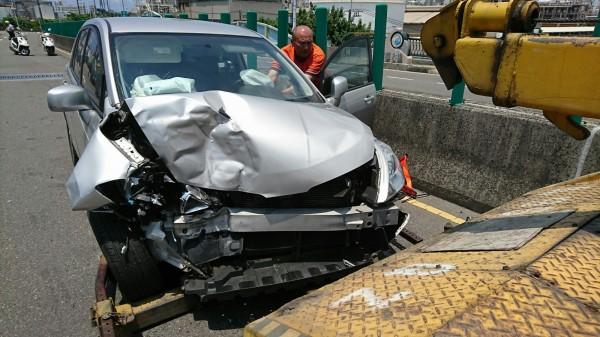 德籍男子駕駛的車輛車頭毀損嚴重。(記者洪臣宏翻攝)