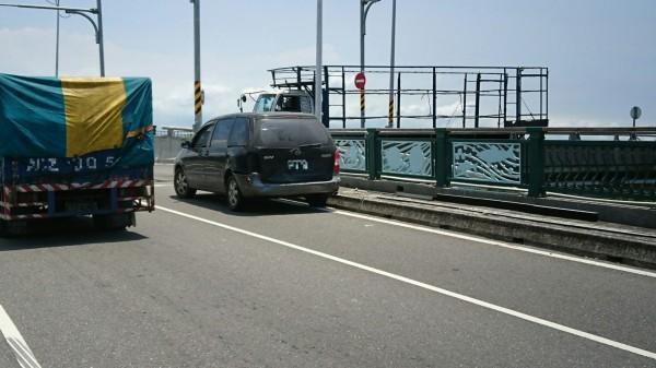 黑色轎車被追撞。(記者洪臣宏翻攝)