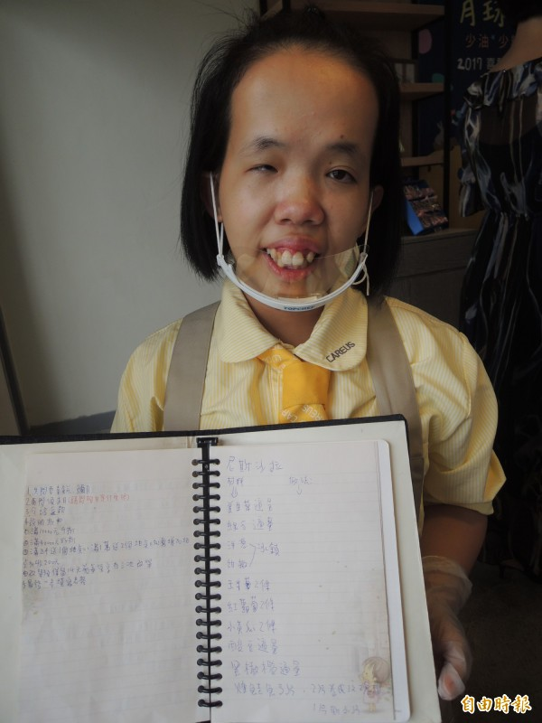 憨兒小君對烘焙很有興趣,已領有丙級烘焙證照,還隨身攜帶一本「武功秘笈」,用圖文寫滿密密麻麻的料理筆記,十分認真。(記者廖雪茹攝)