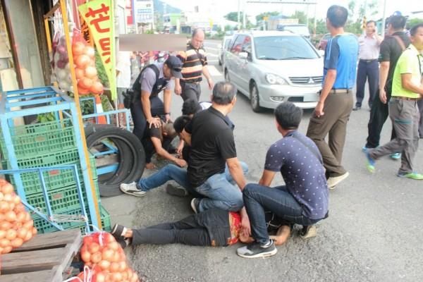 警方出動50逾人追捕。(記者陳彥廷翻攝)