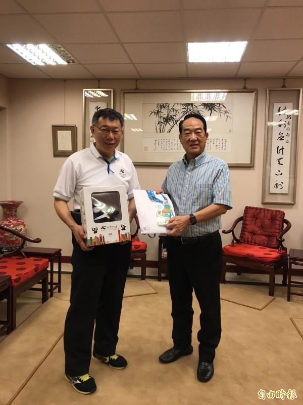 繼昨日不公開行程訪民進黨秘書長洪耀福,台北市長柯文哲今天再度安排不公開行程,拜訪親民黨主席宋楚瑜。(記者沈佩瑤攝)