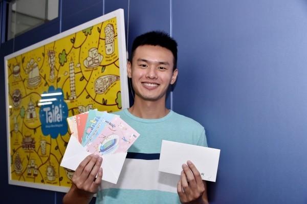 世大運開幕日8月19日起,可至北市10座旅服中心索取明信片。(台北市觀光傳播局提供)