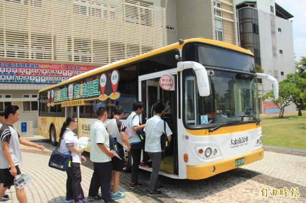 黃16線公車啟航。(記者楊金城攝)