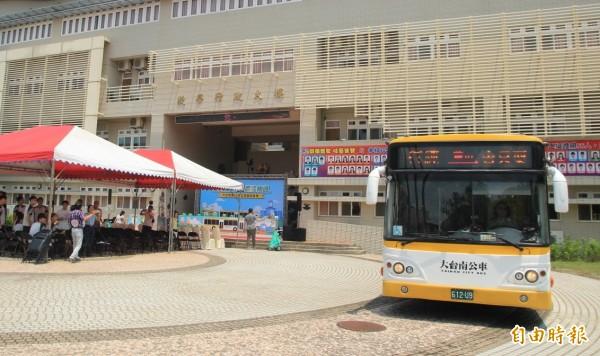 黃16線大台南公車從白河商工出發。(記者楊金城攝)