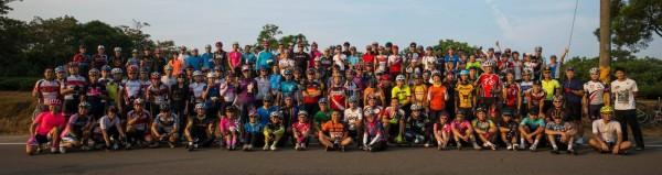 由謝碧祥(Amigo)發起的「歡樂週五單車快閃」活動,今晨吸引127名各方車友到場,在湖口後山停車場合影留念,陣容十分龐大,再各自快閃離開,快樂開啟美好的一天。(謝碧祥提供)