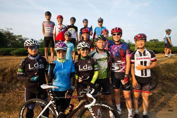 參加「歡樂週五單車快閃」的車友,讓自己更健康,也結交許多朋友,以晨騎開啟美好的一天。(引自臉書「湖口後山單車資訊站」)