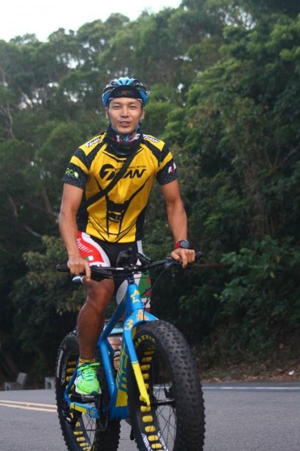 「歡樂週五單車快閃」的車友熱心拍下騎士挑戰成功的英姿。(引自臉書「湖口後山單車資訊站」)