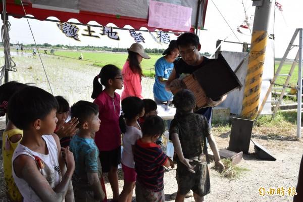 環保局科長張誌誠對著小朋友介紹蝙蝠屋。(記者黃淑莉攝)