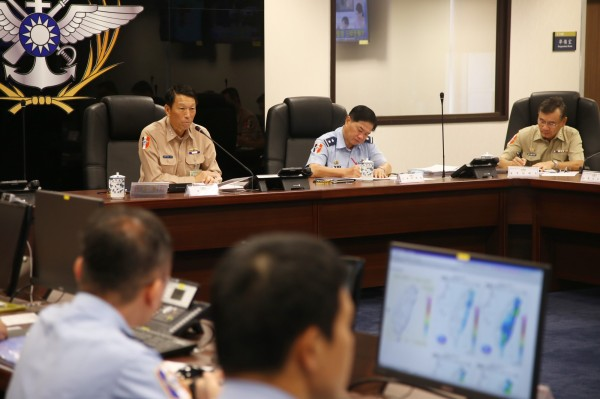 因應天鴿颱風來襲,國防部已完成國軍災害應變中心二級開設。圖左為參謀總長李喜明上將。(圖:國防部提供)。