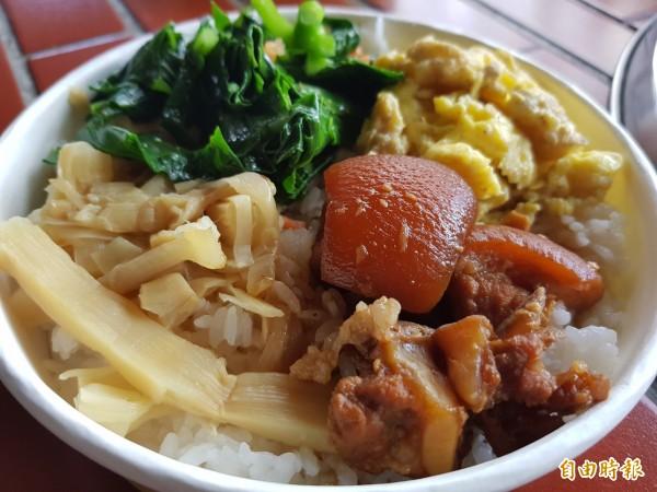 無米樂富貴食堂朱榮華的大碗公割稻飯,簡單,卻讓人感動、懷念。(記者王涵平攝)
