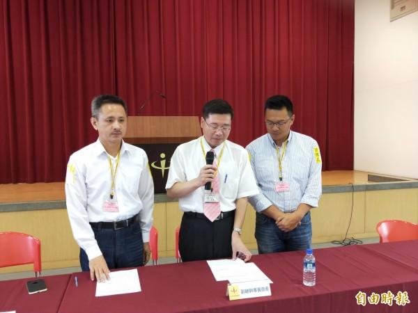 選委會副總幹事黃堯章(中)宣布連署書清點結果,左為安定力量主席孫繼正,右為秘書長游信義。(記者何玉華攝)