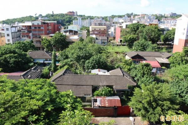 國立彰化高中校區對面的6幢日式宿舍群,坐落於側門華陽街巷弄。(記者張聰秋攝)