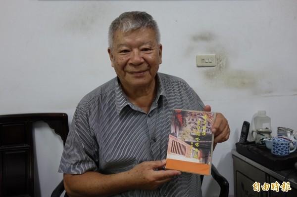 鹿港退休教師施國雄,幫「鹿港普度歌」譜曲拍影片,還上傳網路分享平台,就是害怕鹿港人忘記「鹿港普度歌」。(記者劉曉欣攝)